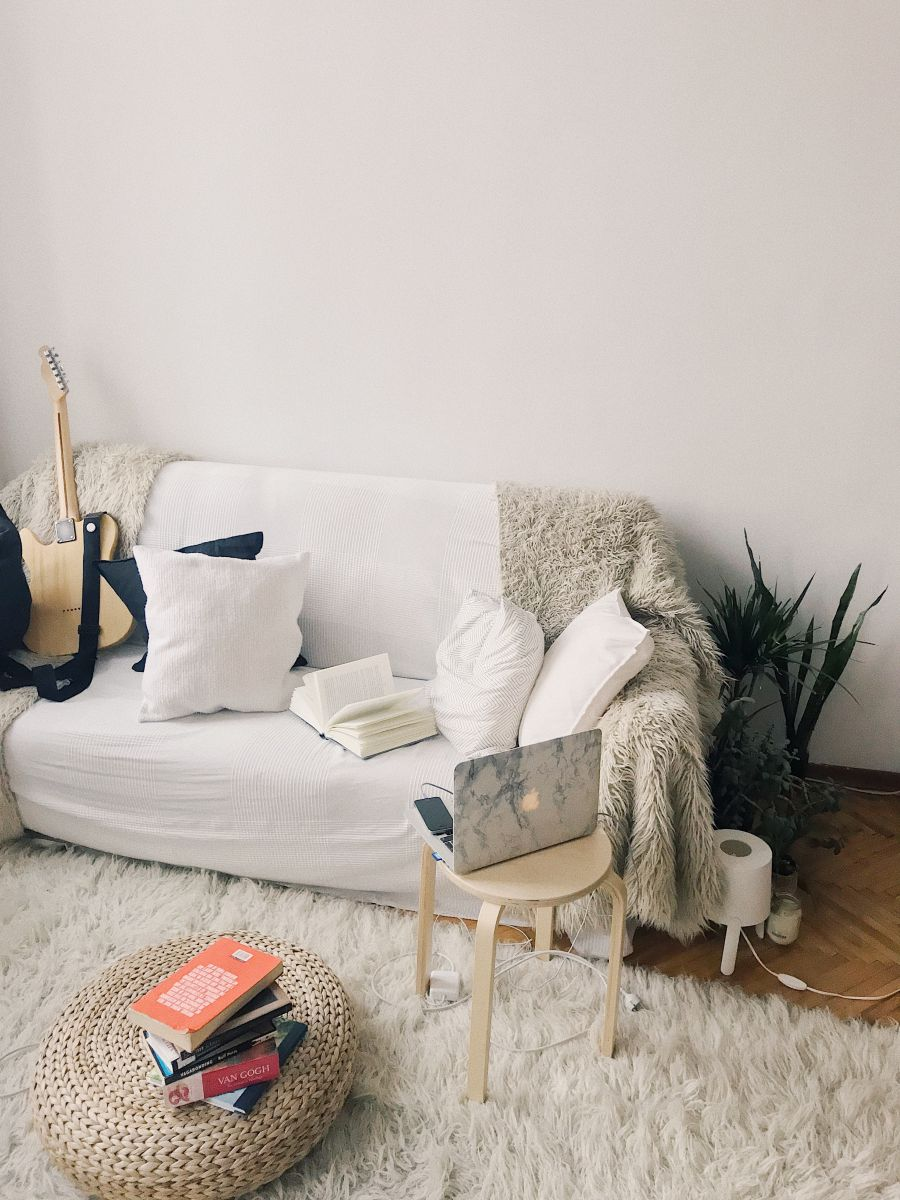 http://www.intarzia.ro/wp-content/uploads/2019/06/apartment-books-chair.jpg