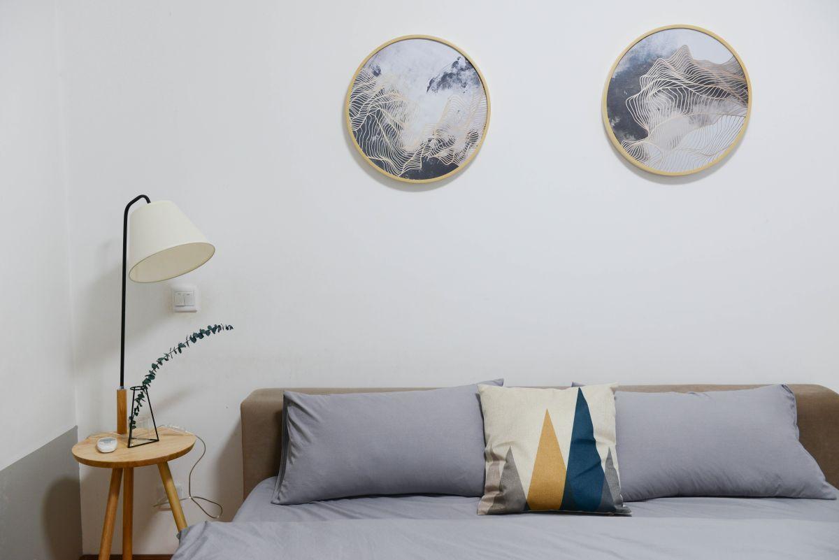 https://www.intarzia.ro/wp-content/uploads/2019/04/bed-bedroom-chair-707581site.jpg