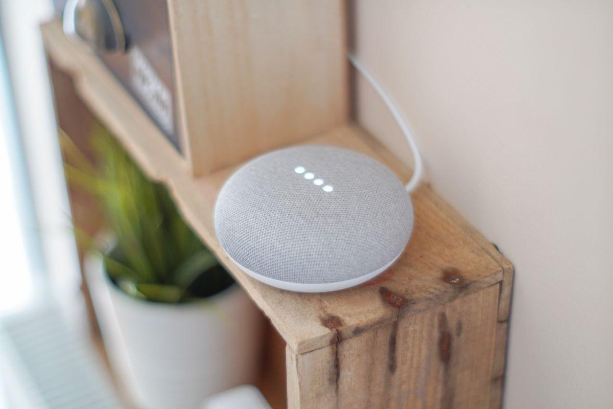 https://www.intarzia.ro/wp-content/uploads/2019/07/gadget-google-assistant-google-home.jpg