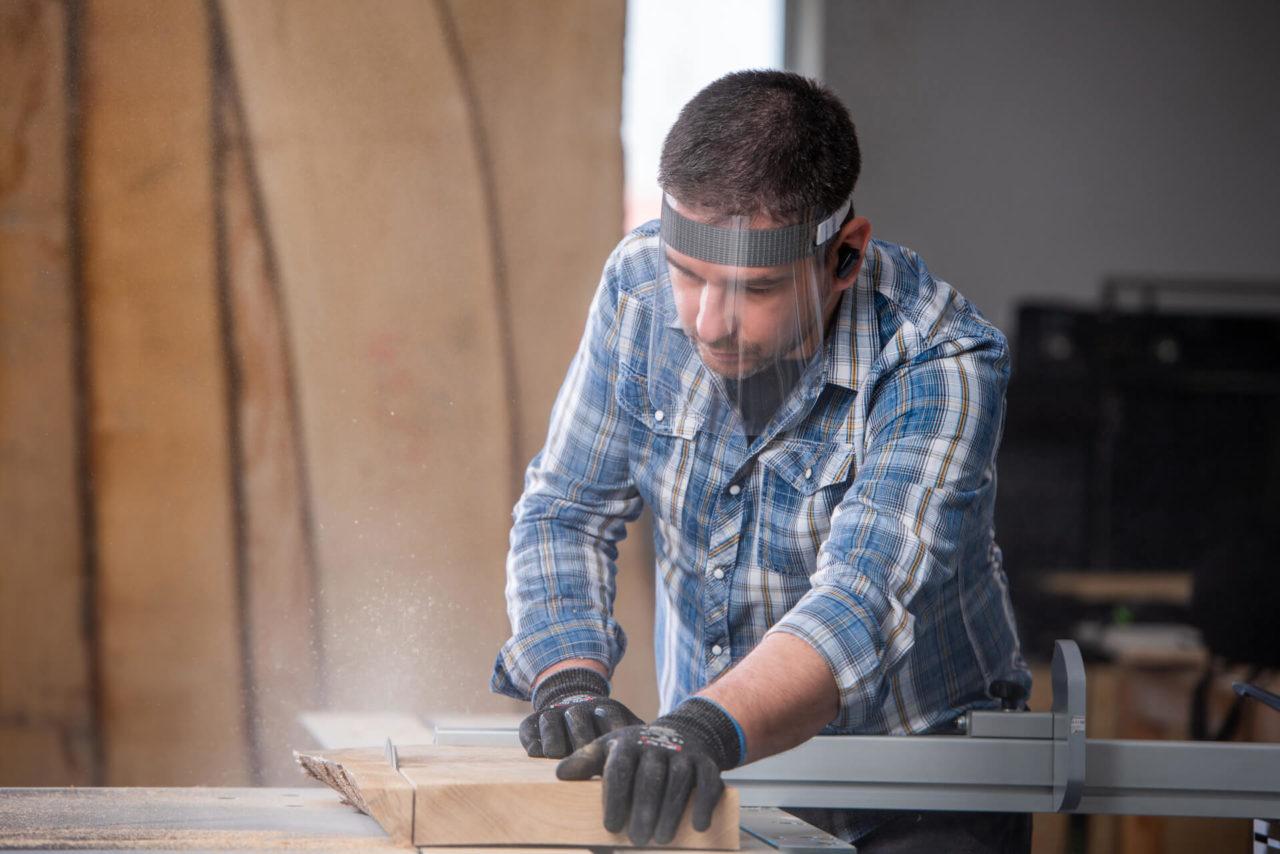 https://www.intarzia.ro/wp-content/uploads/2020/04/materiale-de-protectie-in-prelucrarea-lemnului-1280x854.jpg